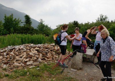 04 VZPON NA SNEŽNIK; dobrodelna akcija prenosa drv do koče